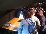 Bezoekers bekijken een filmpje van het meeuwenexperiment